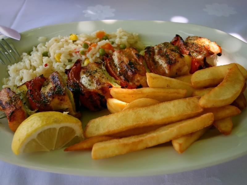 Mâncarea tradiţională grecească se gustă în localuri cu specific