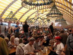 La o bere cu ocazia Oktoberfest