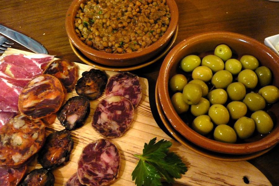 Tapas, churros şi horchata vă rog sau ce mâncăm şi bem în Madrid