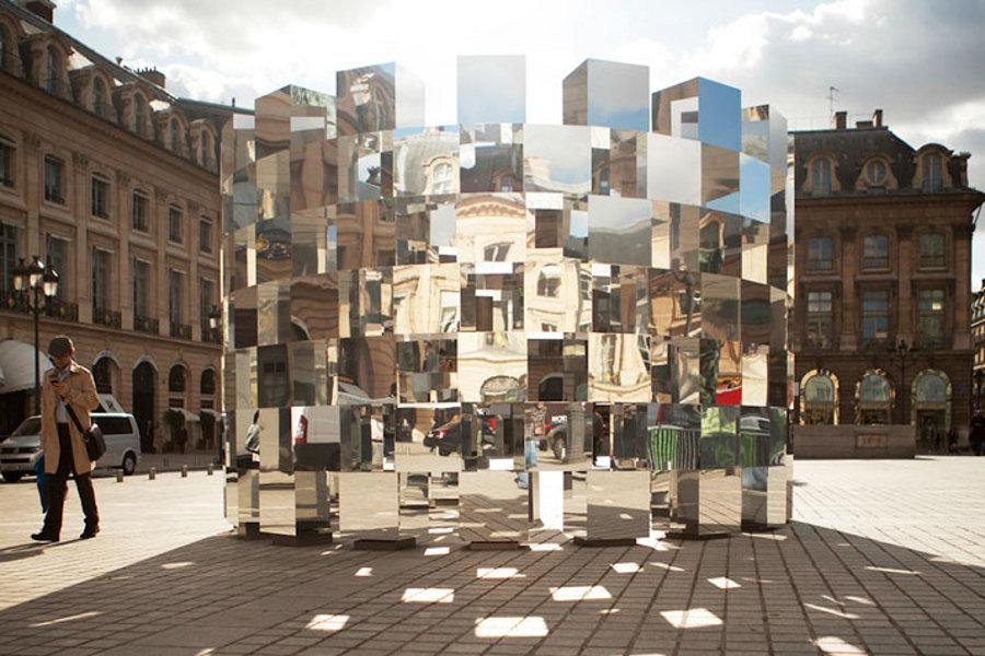 Construcţie minune din oglinzi în Place Vendôme din Paris