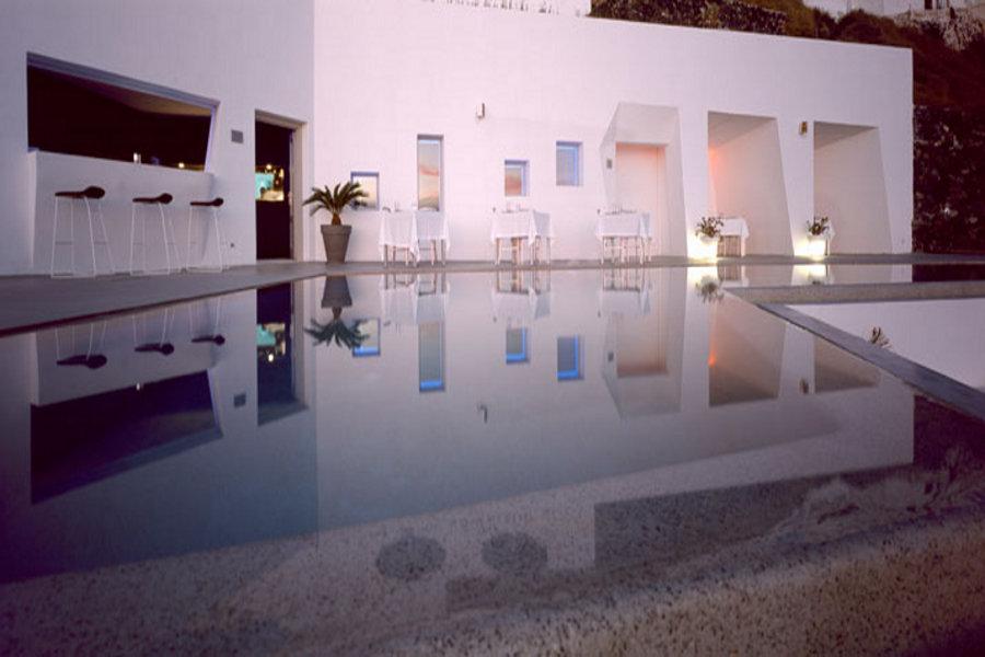 Hotelul construit direct în stâncă de pe insula Santorini