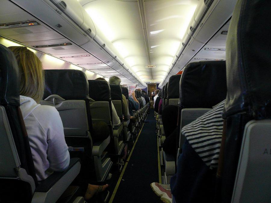 Cum să te fereşti de răceli şi microbi în călătoriile cu avionul