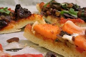 Pizza, una dintre specialităţile din Napoli