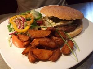 Burger cu cartofi prajiti, un pranz specific celor din Edinburgh care sunt mari amatori de fast-food