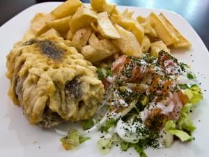 Haggis servit cu cartofi prajiti si o mica salata