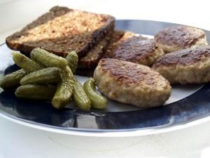 Chiftelute daneze cu paine prajita si castraveciori