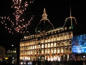 Complexul comercian Magasin du Nord din Copenhaga pe timp de noapte