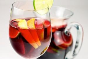 Sangria se serveşte de obicei cu bucăţi de fructe