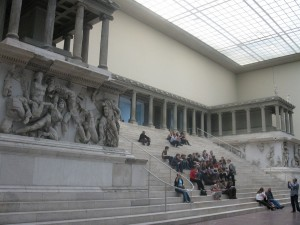 Turisti in muzeul Pergamon