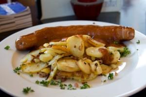 Currywurst-ul este o specialitate germană întâlnită în Berlin