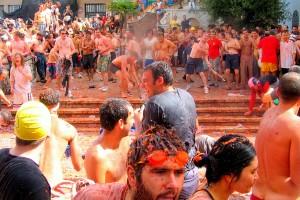 Asa arata orasul in timpul festivalului Tomatina
