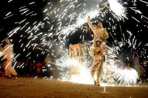 Asa se distreaza spaniolii in timpul Bonfires of Hoguera de San Juan