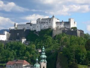Castelul Hohensalzburg care stă deasupra Salzburgului