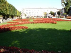 Vedere de la una dintre grădinile Palatului Mirabell