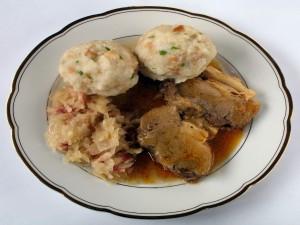 Schweinsbraten, carne de porc cu galuşte şi salata de varză la cuptor