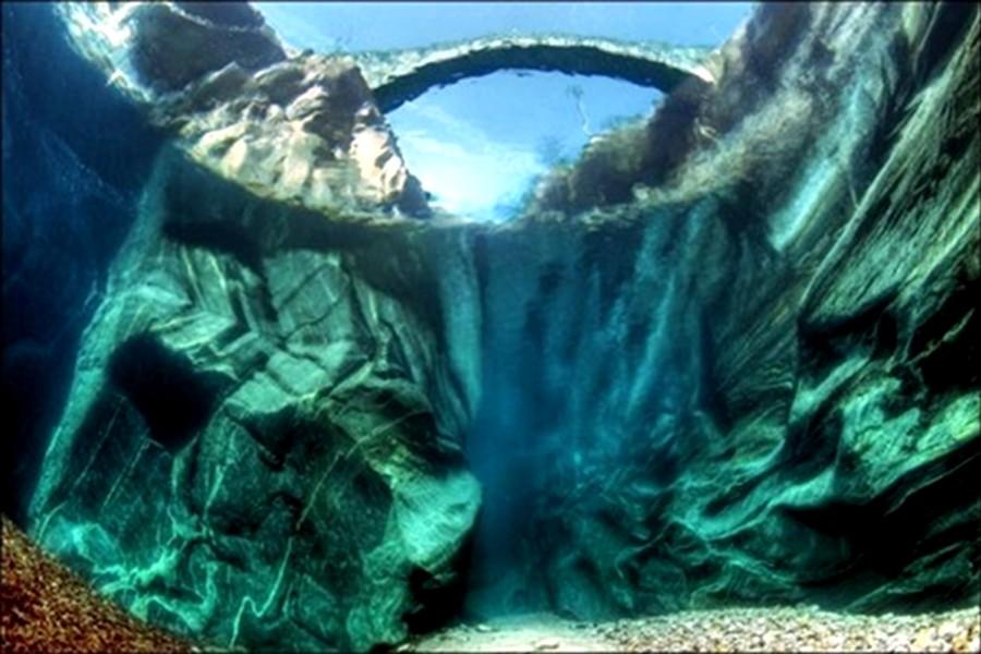 Cum arată cel mai cristalin râu din lume… din interior