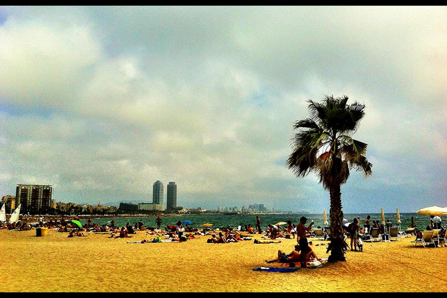 La plajă, în oraşul lui Gaudi