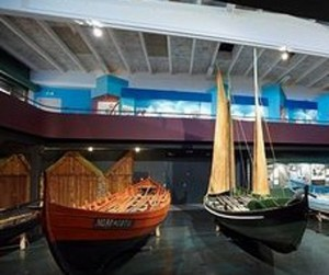 O parte din barcile expuse la muzeul din Leirvík