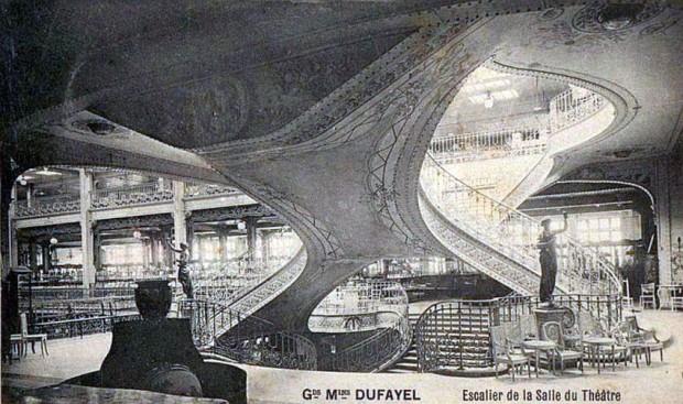Scara interioară care asigura accesul către sala de teatru