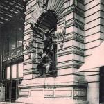 Statuile de la intrarea din magazin
